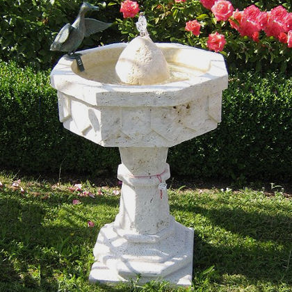 Gartenbrunnen in Travertin